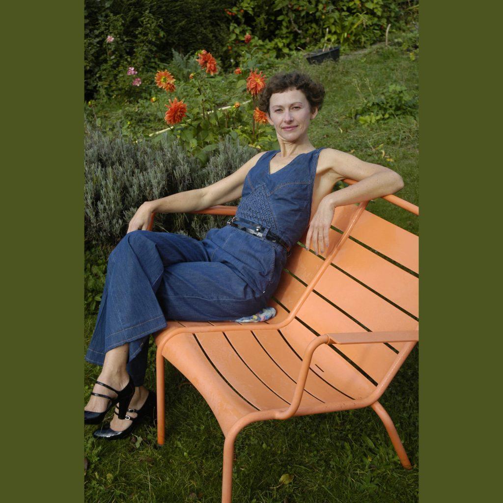 Vanda Benes dans un jardin